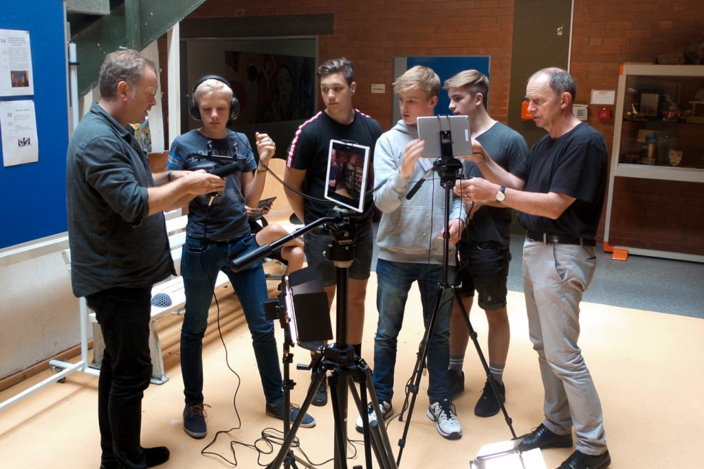 Björn Kempcke (li) beim Medienworkshop im Fritz-Reuter-Gymnasium Dannenberg