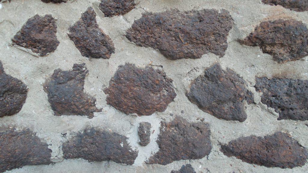 Raseneisenstein in einer Mauer