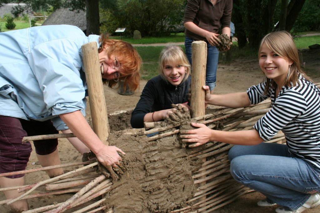WIe errichtet man eine Lehmflechtwand? Im Archäologischen Zentrum Hitzacker kann man es ausprobieren.