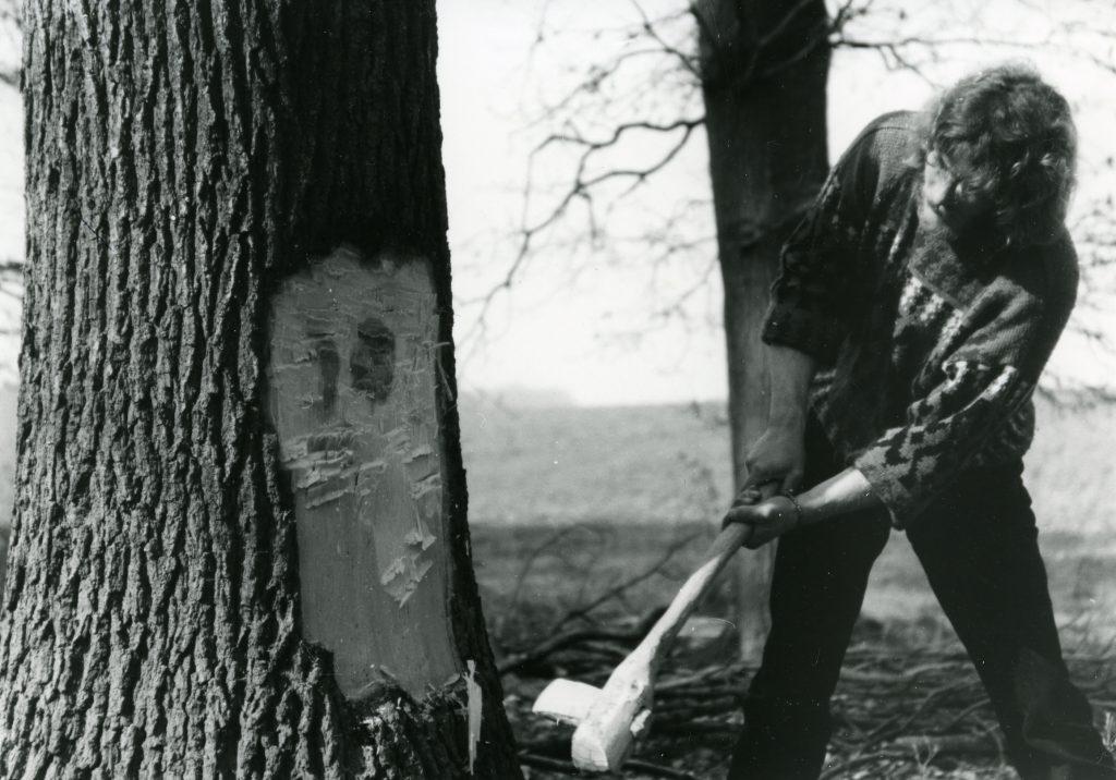 Experimentelle Archäologie: Ein Baum wird mit einer bronzezeitlichen Axt gefällt