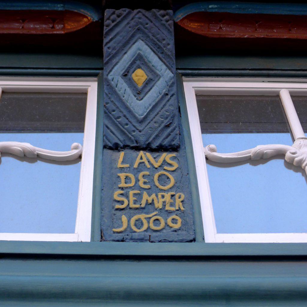 Laus Deo Semper - Lobet Goll allezeit. Inschrift an dem Haus in der Langen Straße 18 in Dannenberg